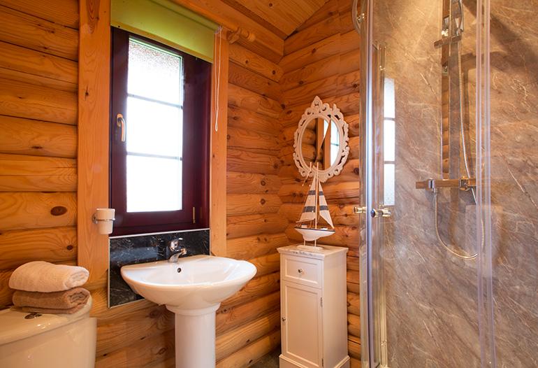 bathroom in kates cabin, luxury log cabin northumberland, northumbrian luxury log cabins