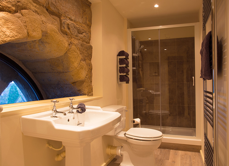 luxury bathroom at pottergate tower