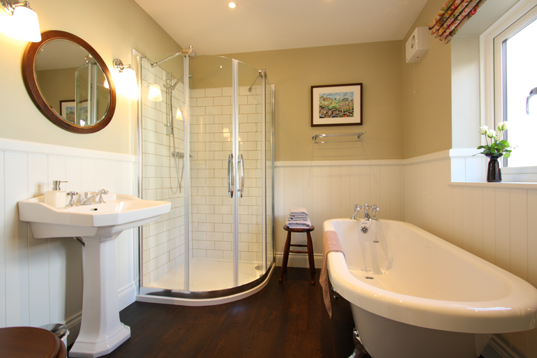 Luxury Holiday Cottage Bathroom With Roll Top Bath