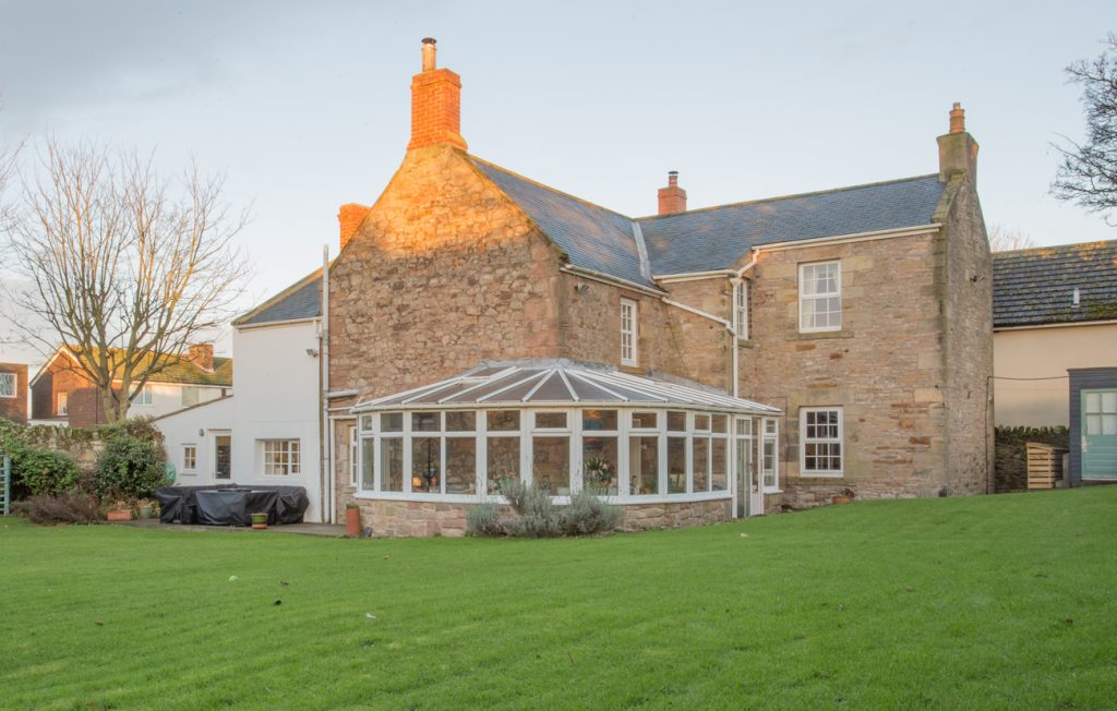 luxury large houses for rent in Seahouses with real fire and dog friendly close to the beach